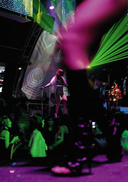 Порно любительское фото на вечеринке в клубе заставили