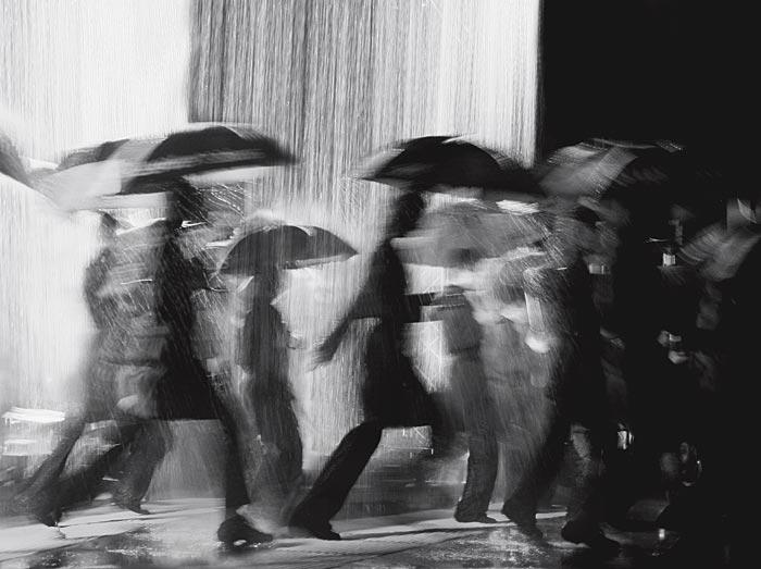 фото люди под дождем